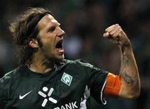 <p>Thorsten Frings do Werder Bremen comemora gol de pênalti contra o Sampdoria. O Werder Bremen venceu por 3 x 1 no primeiro jogo da última fase de classificação para a Liga dos Campeões. 18/08/2010 REUTERS/Christian Charisius</p>