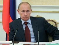 <p>Регионы израсходовали впустую 415 миллиардов рублей бюджетных средств в 2009 году, сказал в пятницу глава российского правительства Владимир Путин, в очередной раз призвав оптимизировать раздутый чиновничий аппарат. 5 августа 2010 года. REUTERS/Ria Novosti/Pool/Alexei Druzhinin</p>