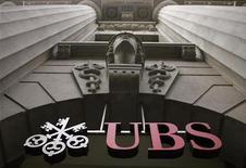 """<p>Логотип швейцарского банка UBS висит на здании офиса в Цюрихе, 1 июля 2009 года. Организаторы гонок в классе """"Формула-1"""" в понедельник подписали спонсорский контракт со швейцарским банком UBS, что, как надеются участники соревнований, может стать поворотной точкой после ухода из спорта ряда других финансовых организаций на фоне экономического кризиса. REUTERS/Arnd Wiegmann/Files</p>"""