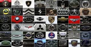 <p>Компиляция логотипов различных автопроизводителей на автосалоне в Женеве 5 марта 2008 года. Российский рынок постепенно оправляется от удара кризиса и растет за счет продаж бюджетных машин, но участники автошоу, которое начнется в Москве на этой неделе, больше надеются на сотни состоятельных покупателей, чем на десятки тысяч небогатых. REUTERS/Arnd Wiegmann</p>
