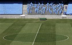 <p>Funcionários retiram cadeiras do anel inferior do Maracanã, no início da reforma do estádio para a Copa do Mundo de 2014. 24/08/2010 REUTERS/Bruno Domingos</p>