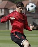 <p>Fernando Torres do Liverpool, durante sessão de treino do clube. Torres e Andrés Iniesta foram convocados pela seleção espanhola para o jogo de estreia nas eliminatórias da Eurocopa de 2012. 18/08/2010 REUTERS/Phil Noble/Arquivo</p>