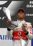 """<p>Британский гонщик Льюис Хэмилтон празднует победу на """"Гран-при Бельгии"""", 29 августа 2010 года. Британец Льюис Хэмилтон, выступающий за команду """"Макларен"""", в воскресенье пришел первым на """"Гран-при Бельгии"""" и возглавил личный зачет чемпионата по автогонкам в классе """"Формула-1"""". REUTERS/Stefan Wermuth</p>"""