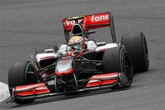 """<p>Автомобиль Льюиса Хэмилтона движется по трассе в ходе очередного этапа гонок в классе """"Формула-1"""", проходившего на минувших выходных в Бельгии, 29 августа 2010 года. Победа Льюиса Хэмилтона на очередном этапе гонок в классе """"Формула-1"""", проходившего на минувших выходных в Бельгии, вновь вывела его в лидеры личного зачета пилотов. REUTERS/Stefan Wermuth</p>"""