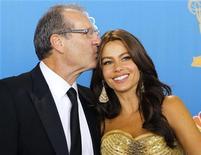 """<p>Atores Ed O'Neill e Sofia Vergara de """"Modern Family"""" após receber o Emmy de melhor seriado cômico, em Los Angeles. 29/08/2010 REUTERS/Danny Moloshok</p>"""