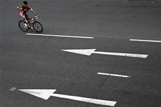 <p>A member of the Caisse d'Epargne cycle team takes part in a cycle past during the Tour de France cycling race opening ceremony in Trafalgar Square in London, July 6, 2007. REUTERS/Luke MacGregor</p>