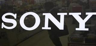 <p>Imagen de archivo del logo de Sony en una tienda en Tokio. Nov 20 2009 La tecnológica japonesa Sony, que espera impulsar las ventas antes de la temporada navideña, ha reducido el tamaño de sus lectores electrónicos y también les ha dado un control táctil. REUTERS/Toru Hanai/ARCHIVO</p>