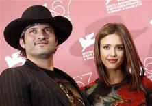 """<p>Diretor Robert Rodriguez e atriz Jessica Alba em sessão de fotos para o filme """"Machete"""" no festival de Veneza. 01/09/2010 REUTERS/Tony Gentile</p>"""