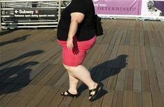 <p>Женщина идет по улице Нью-Йорка, 4 сентября 2007 года. Недостаток сна по выходным дням приводит к тому, что подростки начинают есть больше жирной пищи, чем свои ровесники, спящие по ночам больше восьми часов, сообщили американские ученые. REUTERS/Lucas Jackson/Files</p>