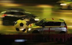 """<p>Машины двигаются по трассе во время съемок передачи Top Gear Live в Гонконге, 19 февраля 2009 года. Телеканал Би-би-си был вынужден согласиться с раскрытием имени загадочного испытателя автомобилей из популярной автомобильной передачи """"Top Gear"""" после решения суда в среду. REUTERS/Bobby Yip</p>"""