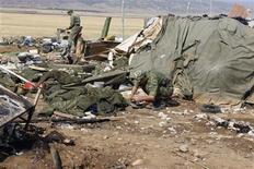 <p>Солдаты разбирают вещи на месте взрыва смертника в военном лагере близ Буйнакска 5 сентября 2010 года. Смертник на машине прорвался на территорию полевого лагеря российских военных в Дагестане в ночь на воскресенье и подорвал себя, убив по меньшей мере трех человек и ранив 33, сообщило Минобороны. REUTERS/Kurban Labazanov/NewsTeam</p>
