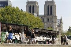 <p>View of Paris' antique booksellers or bouquinistes along the banks of the river Seine September 2, 2010. REUTERS/Charles Platiau</p>