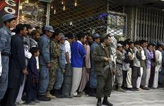 <p>Сотрудник службы правоохранительных органов стоит перед очередью в банк Kabulbank в Кабуле 8 сентября 2010 года. Сотрудники правоохранительных органов Афганистана в среду избили нескольких клиентов местного банка, пытавшихся снять со счета свои сбережения. REUTERS/Omar Sobhani</p>