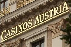 <p>Logo de la oficina en Viena del casino austríaco que mantiene el monopolio de las apuestas. Sep 9 2010 Las restricciones a las apuestas impuestas por Austria infringen las leyes de la Unión Europea, dijo el jueves el máximo tribunal comunitario, lo que supone una segunda victoria consecutiva para la multimillonaria industria, que intenta eliminar los monopolios locales. REUTERS/Heinz-Peter Bader</p>