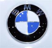<p>Imagen de archivo del logo de BMW, exhibido durante una muestra de automóviles en Ginebra, Suiza. Mar 3 2010 BMW sobrepasó los volúmenes de ventas globales en agosto para su marca principal no sólo frente al mismo mes del año pasado sino también para el del 2007 y del 2009, destacando la fortaleza de la recuperación en el mercado de autos premium. REUTERS/Denis Balibouse/ARCHIVO</p>