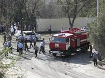 <p>Сотрудники милиции и пожарная бригадара работают на месте взрыва в Худжанде, 3 сентября 2010 года. Неизвестная группа исламистов взяла на себя ответственность за взрыв у здания милиции на севере Таджикистана на прошлой неделе. REUTERS/Stringer</p>