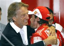 <p>Fernando Alonso comemora a conquista da pole position com o presidente da Ferrari, Luca di Montezemolo. 11/09/2010 REUTERS/ Giampiero Sposito</p>