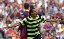 <p>Atacante paraguaio do Hercules Nelson Valdez comemora um de seus dois gols marcados na vitória por 2 x 0 sobre o Barcelona no Camp Nou. 11/09/2010 REUTERS/Gustau Nacarino</p>