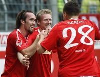 """<p>Футболисты """"Майнца"""" радуются победе над """"Кайзерслаутерном"""" в третьем туре чемпионата Германии, 12 сентября 2010 года. """"Хоффенхайм"""" и """"Майнц"""" возглавили турнирную таблицу немецкой Бундеслиги после побед в третьем туре чемпионата Германии. REUTERS/Alex Domanski</p>"""