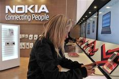 <p>Una mujer prueba un teléfono Nokia en una tienda en Helsinki. Sep 10 2010 Nokia, el mayor fabricante de teléfonos móvil del mundo, presentó el martes tres nuevos modelos de aparatos inteligentes, tratando de recuperar una cuota de mercado en la gama más cara del sector. REUTERS/Markku Ulander/Lehtikuva</p>