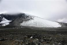 <p>The Juvfonna ice field at 1,850 metres (6070 feet) above sea level is seen in the Jotunheimen mountains in Norway September 9, 2010. Climate change is exposing reindeer hunting gear used by the Vikings' ancestors faster than archaeologists can collect it from ice thawing in northern Europe's highest mountains. REUTERS/Alister Doyle</p>