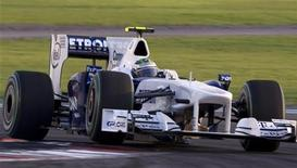 <p>Nick Heidfeld da Sauber durante classificatória da GP de Abu Dhabi em 2009. Heidfeld vai substituir o espanhol Pedro de la Rosa na equipe nas cinco últimas corridas da temporada da Fórmula 1, anunciou a escuderia. 31/10/2009 REUTERS/Caren Firouz/Arquivo</p>