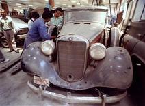<p>Механики осматривают автомобиль 1939 года в Катманду. Министерство культуры Непала решило выделить средства на починку машины, которая была подарена королю Трибхувану Адольфом Гитлером. REUTERS/Str Old</p>