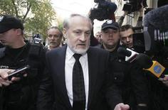 <p>Ахмед Закаевидет в окружении полиции проходит перед прокуратурой в Варшаве 17 сентября 2010 года. Польская полиция арестовала в пятницу одного из лидеров чеченских боевиков Ахмеда Закаева, прибывшего в Польшу для участия во Всемирном чеченском конгрессе. REUTERS/Stringer</p>