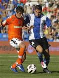 <p>Pablo Hernandez (esq) do Valencia e Tiago Figueires do Hercules durante jogo no estádio Rico Perez. O Valencia chegou à terceira vitória em três rodadas do campeonato espanhol e foi ao topo da classificação com a vitória fora de casa por 2 x 1 neste domingo. 19/09/2010 REUTERS/Heino Kalis</p>