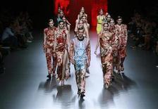 <p>Modelos muestran las creaciones de Ana Locking en la Cibeles Madrid Fashion Week en Madrid. Sep 20 2010 La Cibeles Madrid Fashion Week entró el lunes en su segunda mitad con las propuestas de diseñadores como Jesús del Pozo o Ana Locking, que apostaron por colores vivos para la próxima temporada primavera-verano. REUTERS/Andrea Comas</p>
