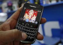 <p>Мужчина держит телефон BlackBerry в магазине в Ахмедабаде 26 августа 2010 года. Глава правительства Казахстана Карим Масимов порекомендовал министрам забыть о бумажных носителях и перейти в электронный формат общения, вооружившись смартфонами BlackBerry. REUTERS/Amit Dave</p>