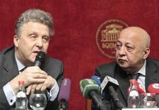 <p>O diretor musical do teatro Bolshoi, Vasily Sinaiski (à esquerda), e o diretor-geral, Anatoly Iksanov, concedem entrevista coletiva sobre a abertura da 235a temporada, em Moscou, na Rússia. 21/09/2010 REUTERS/Alexander Natruskin</p>