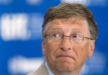 """<p>Foto de archivo del multimillonario Bill Gates durante la conferencia de prensa de promoción del filme """"Waiting For Superman"""" en el Festival de Cine de Toronto, sep 11 2010. Las cosas marchan bien para los multimillonarios estadounidenses, pues la fortuna de más de la mitad creció, entre ellas, la de Bill Gates, quien sigue siendo el más rico de todos, según publicó el miércoles la revista Forbes. REUTERS/Fred Thornhill</p>"""