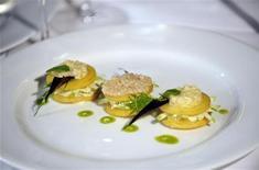 """<p>Блюдо с яйцами улитки в ресторане Escargot Montorgeuil в Париже 19 декабря 2007 года. Оказывается, три стандартных приема пищи в день способствуют похудению больше, чем популярная диета """"малых порций"""". REUTERS/Philippe Wojazer</p>"""