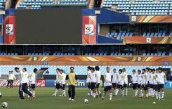 <p>Сборная Японии на тренировке в Претории 28 июня 2010 года. Сборная Японии по футболу может провести товарищеский матч с командой Украины в следующем году, сообщило информационное агентство Kydo. REUTERS/Toru Hanai</p>