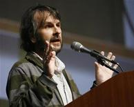 """<p>Producer Peter Jackson speaks before a preview and panel session for the upcoming movie """"District 9"""" during the 40th annual Comic Con Convention in San Diego July 24, 2009. REUTERS/Mario Anzuoni</p>"""