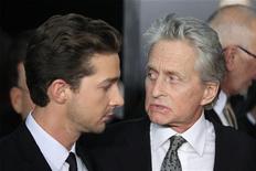 """<p>Os atores Michael Douglas e Shia LaBeouf chegam para a première do filme """"Wall Street: o dinheiro nunca dorme"""" em Nova York, 20 de setembro de 2010. REUTERS/Lucas Jackson</p>"""