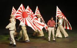 "<p>Actor Zizan Nin, who plays the role of Malaysia's former Prime Minister Mahathir Mohamad, performs during the ""Muzikal Tun Mahathir"" at Istana Budaya in Kuala Lumpur September 26, 2010. REUTERS/Stringer</p>"