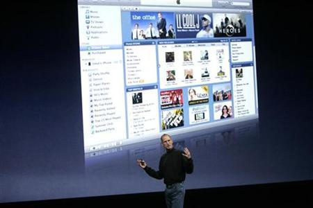 Apple Inc CEO Steve Jobs discusses his company's ''iTunes'' product at Apple's ''Let's Rock'' media event in San Francisco, California September 9, 2008. REUTERS/Robert Galbraith