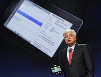 """<p>Mike Lazaridis, président de Research in Motion, a dévoilé lundi une tablette multimédia tactile baptisée """"BlackBerry PlayBook"""". RIM mise sur les jeux vidéos, la lecture de contenus et la clientèle d'entreprise pour concurrencer l'iPad d'Apple. /Photo prise le 27 septembre 2010/REUTERS/Robert Galbraith</p>"""