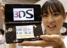<p>Nintendo a annoncé mercredi le lancement de la version en 3D de sa console de jeu vidéo portable DS seulement le 26 février au Japon et en mars aux Etats-Unis, soit bien après la période stratégique des fêtes de fin d'année. /Photo prise le 29 septembre 2010/REUTERS/Toru Hanai</p>