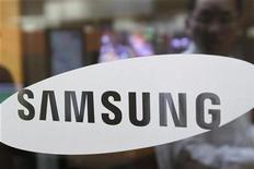<p>Imagen de archivo del logo de Samsung en una oficina en Seúl. Abr 6 2010 Samsung Electronics, el mayor fabricante de televisores planos del mundo, prevé reforzar las ventas de estos aparatos en más de un 33 por ciento el próximo año, según un ejecutivo de la mayor compañía de Corea del Sur. REUTERS/Truth Leem/ARCHIVO</p>