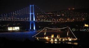 <p>Le Savarona, yacht de 136 mètres qui appartint brièvement à Mustafa Kemal Atatürk, fondateur de la Turquie moderne, sur le Bosphore à Istanbul. Le bateau a été saisi par les autorités turques après la diffusion d'informations selon lesquelles il aurait été reconverti en lupanar. /Photo prise le 15 septembre 2010/REUTERS/Murad Sezer</p>