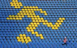 <p>Девочка бежит вдоль свободных кресел на стадионе в Ставрополе, 26 апреля 2010 года. Сборная России по футболу проведет товарищеский матч с командой Бельгии 17 ноября, говорится в сообщении на сайте Российского футбольного союза (РФС - www.rfs.ru). REUTERS/Eduard Korniyenko</p>