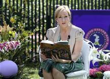 <p>J.K. Rowling, autor dos livros de Harry Potter, lê seu livro durante evento de Páscoa na Casa Branca em abril. No programa de tevê norte-americana de Oprah Winfrey, Rowling manteve aberta a possibilidade de escrever mais um. 05/04/2010 REUTERS/Larry Downing</p>