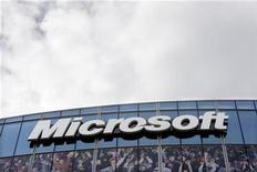 """<p>Imagen de archivo de una oficina de Microsoft cerca de París. Oct 6 2010 Las acciones de Microsoft Corp caían un 2 por ciento el lunes luego de que Goldman Sachs bajó su recomendación a """"neutral"""", por temores a una lenta recuperación de las ventas de computadoras y la amenaza de las Tablet PC, que no incluyen el software de Windows. REUTERS/Charles Platiau/ARCHIVO</p>"""