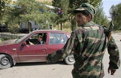 <p>Военнослужащий патрулирует дорогу под Душанбе, 24 сентября 2010 года. Правительственные силы Таджикистана на этой неделе уничтожили в ходе зачистки семерых сторонников исламской оппозиции, потеряв убитыми шесть милиционеров, сообщил во вторник высокопоставленный источник в силовых органах. REUTERS/Nozim Kalandarov</p>