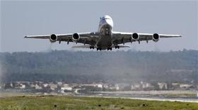 <p>Airbus 380 компании Lufthansa взлетает из аэропорта в Пальма-де-Мальорка 2 октября 2010 года. Египет и Иран возобновят авиасообщение между столицами, прерванное в 1979 году, сообщило министерство гражданской авиации Египта, отвергнув политическую подоплеку этого решения. REUTERS/Enrique Calvo</p>