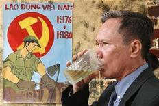 <p>Мужчина пьет пиво на фестивале в Ханое, 6 декабря 2006 года. Небольшой вьетнамский банк продолжил популярную в последнее время в этой азиатской стране тенденцию привлекать клиентов различными подарками и бесплатными угощениями. REUTERS/Kham</p>