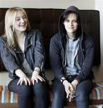 """<p>Atrizes Kristen Stewart (dir) e Dakota Fanning, do flime """"The Runaways - As Garotas do Rock"""", no Festival de Sundance em janeiro. 24/01/2010 REUTERS/Mario Anzuoni</p>"""